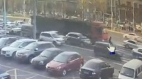 老人贴车前横穿马路 惨遭大货车碾压身亡
