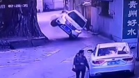 小车出巷口蹭树根 车子瞬间弹起侧翻倒地