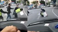 猖狂!2男子当街挥拳 围殴执勤交警