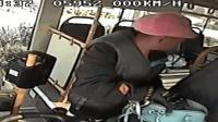 公交司机好心提醒乘客 钱包反被偷