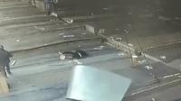疼!工人卸钢板 被钢钩击中头部倒地