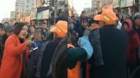 女子与环卫工起争执 当街殴打环卫工人