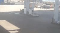 两货车相撞冲进加油站起火 火中爬出2人