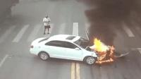 """女司机""""神操作""""连撞两辆大货车 差点爆炸"""