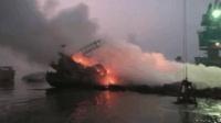 2艘满载芦苇货船突发大火 烧成焦灰