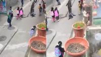 小学生贪玩遭老师拖行数米 同学目睹暴行