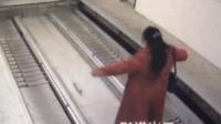 女子误入立体车库 传送到地下一层被碾压