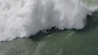 冲浪者被巨浪拍翻 同伴救援也被卷入海中