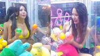 台湾比基尼辣妹坐娃娃机内 网友:夹到带走