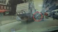两车同向超车 老太惨遭垃圾车碾压致死