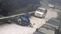 """男子骑摩托车满载煤气罐下坡跌倒 吓""""跑""""面包车"""