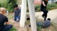 男子偷狗被抓被逼下跪 遭踹头皮带抽