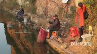 带着老婆乡下野塘里钓鱼, 老婆只要大鱼、小鱼放流也很惬意