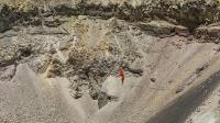 惊险! 男子5700米高活火山口走绳索
