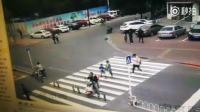 戳中笑点! 实拍男子斑马线等过路, 然而路旁的路灯杆看不过去了