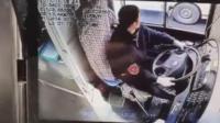 男子辱骂拉扯公交司机 被两车夹伤