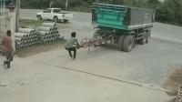 小伙发现大货车车厢偷偷溜走, 最后只能靠手拉! 网友: 大力水手