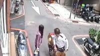 女子走在回家的路上, 发现身后不对劲, 大叔不耻一幕被拍下!