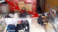 店里老板娘和一名男员工正在看店, 小伙胆小的一幕被拍下!
