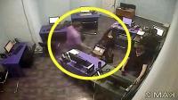 眼看就要下班了, 女同事伸了个懒腰, 监控拍下男子不耻一幕!