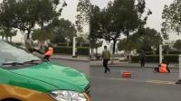 男子当街踹飞环卫女工 警方:已锁定打人者身份