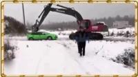 挖掘机遇小车互不相让 遭殴打后秒毁小车