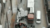 路边水泥板突然掉落 两人被砸倒当场身亡