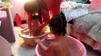 农来农趣: 农民妈妈冬天为了给孩子洗澡, 用这样的方法, 也是绝了