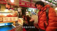 大叔旅游韩国搭讪2个正吃活章鱼中国游客 看他眼睛都快掉下来了