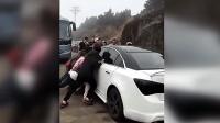 雪佛兰女司机把村里的路堵死了, 结果村民们一哄而上!