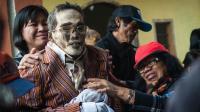 印尼诡异习俗, 将亲人尸体制成干尸, 每年挖出来梳洗打扮并合影!