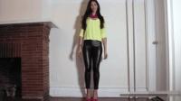 黄衣美女皮裤配高跟鞋, 勾勒迷人美腿, 尽显优雅魅力