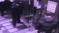 男子小区电梯内撒尿 电梯门打开无动于衷