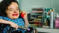 女子身患怪病无法行走, 独自一人生活10年, 全靠这轮椅!