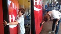 这个售货机抱一下就给罐可乐, 网友: 放中国试试!