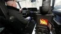 这个汽车空调太省钱, 牛人在汽车中烧木材取暖!