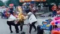 两摊贩抢生意引争执 老汉点燃汽油扑向女子