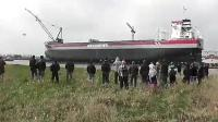 造船厂新船下水引众人围观, 不到一分钟大家拔腿就跑