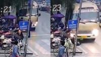 四川宜宾一客车为避让出租车失控冲撞路人 致1死2伤