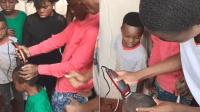 非洲小学生一个月洗一次头, 头皮全是泥, 推子都给理报废了!