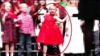 学校组织的圣诞表演 这个小女孩的舞蹈 引宾客哄笑