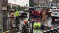 """上海一裸男当街将辅警打翻在地 上演现实版""""终结者"""""""