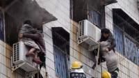 孕妇被困火场1小时 过路大叔冲在消防员前爬窗救援