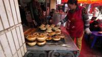 美国人在中国街头麻辣鱼块配米饭, 让人看着流口水, 太会吃了