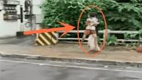 歹徒靠墙劫持女子以为安全了, 没想到警察不走寻常路