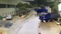 """这条路什么情况?4货车竟在雨天""""排队""""360度打滑飘移"""