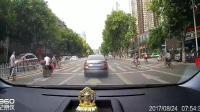 又是女司机, 大白天的一个活人在前面看不见?