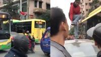 """癫狂女子公交车顶不停咒骂 还把鞋子当""""暗器""""攻击民警"""