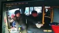 司机指责汽车占道遭数人冲上车围殴