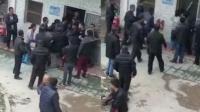 小学老师侵犯两名女生遭家长堵门